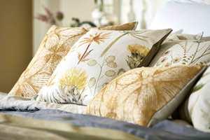 <b>GULT:</b> Bytt ut putene med noen i mer sommerlige farger og materialer, så kommer sommerfølelsen på et blunk. Her er tekstiler fra Sanderson sin kolleksjon Embleton Bay. Føres av Intag.