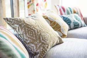 <b>MØNSTER:</b> Bland ulike mønstre og farger for et mer levende og spennende uttrykk.  Tekstilene er fra Scion sin kolleksjon Japandi, og føres av Tapethuset.