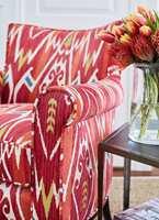 <b>FARGEKLATT:</b> Trekk om godstolen i stua, og du får en fargeklatt av en stol som kan bli en favoritt gjennom hele året. Tekstiler fra Thibaut/Green Apple.