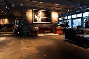 <b>GOD PLASS:</b> Den populære etasjen er på 1.000 kvadratmeter. Her er det god plass til å slappe av. Designermøblene kler det mørke tregulvet fra Skattekammeret.