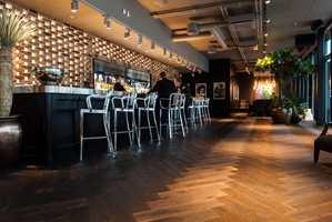 <b>UTESTED:</b> Baren i Varnerbygget er komplett. Her vartes det opp med alt en moderne bar skal ha. Tilbudet brukes flittig, og er spesielt populært til lønningspilsen.