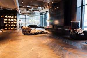 <b>FULLT TRØKK:</b> I fjerde etasje i Varnerbygget ligger «The Loft». Her feires alt fra «Halloween» og julebord til ulike kickoff. Gulvene er levert av Skattekammeret Gulv & Interiør. – Dette gulvet tåler alt, sier prosjektleder Ulf Eirik Larsen.