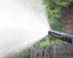 HAGESLANGE: Når det er trygt å ha vannet på ute, kan du vaske fasaden.