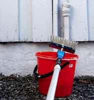 VÅRVASK: Gjør det til rutine å vaske fasaden etter vinteren.