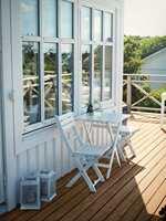 SE BRA UT: Vindusglasset blir skittent, og det samme gjelder for fasaden. Vask begge ved behov.