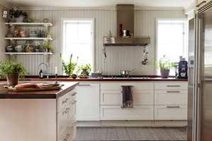 <b>SNIKKERIKVALITET</b> Paneler og treverk på kjøkkenet males med en robust maling.