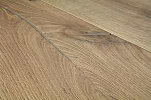 <b>RUSTIKK:</b> Nordmenn har lagt sin elsk på gulv med sjel. Børstet overflate, rustikk sortering, kvist og v-fasede kanter gir gulvet liv. Det gjelder bare å vaske det riktig.