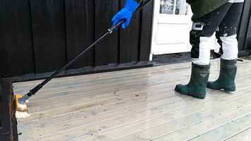 VASKE: Etter en god rengjøring er det lettere å se om terrassen trenger ny overflatebehandling, eller om det holder med rengjøringen.
