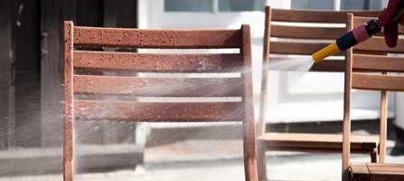 Skyll møblene grundig slik at det ikke blir liggende igjen rester av rengjøringsmidlene. Til dette er hageslangen ypperlig.