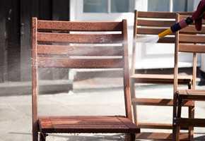 <b>VASK:</b> Alle hagemøbler bør få en ordentlig vask før de stues bort for vinteren.