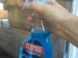 – Spray på med Plumbo Rengjøring Universal Pluss og tørk av med lofritt papir. Det er en enkel metode for å få rene vinduer, sier Ingrid Eikeland Øvregard hos Krefting.