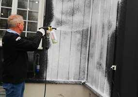 – Holder du husveggen fri for skitt, støv, svertesopp og alger, så kan det gå lenger mellom hver gang du trenger å male huset utvendig. Vil du at huset ditt skal se nymalt og velstelt ut med liten innsats, så er trikset å vaske det om våren.