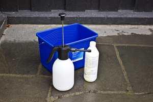 Gjør også klar vaskebøtte, lavtrykksprøyte og vaskemiddel. (sjekk at det er igjen nok på flaska hvis du har funnet fram en gammel flaske).