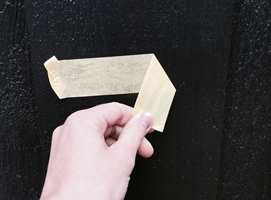 <b>VEDHEFTTEST:</b> Når det ytterste malingsjiktet har dårlig vedheft til underlaget, flasser malingen. Skjult dårlig vedheft testes med et stykke tape. (Foto: Åshild Nyhus Tyssen/ifi.no)