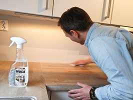 <b>RENS FØR OLJE:</b> Forarbeidet er alltid viktigst. Også når det kommer til å vedlikeholde kjøkkenbenker. – Når du renser blir benken ren, og porene åpner seg slik at oljen trenger dypere ned. Da holder benken seg lengre, sier Thomas Thenau.