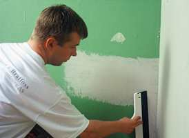 Helsparkling av glassfiberstrie gir det beste resultatet for ny tapet eller maling. Kanskje du skal overlate jobben til håndverkeren?