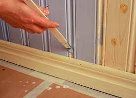 En skråskåret pensel kommer lett til i mellomrom og ned mot belistning.