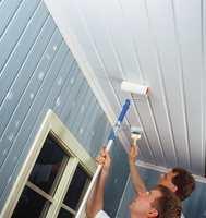 Det raskeste måten å male tak på er å være to. En ruller, den andre stryker ut malingen med pensel.
