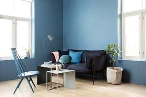 Veggene er malt med Butinox Interiør Stue & Sov, Matt for vegg og lister i farge 5833 Midnatt. Pinnestolen er malt med Butinox Interiør panel/dør/vindu i farge 5898 Havblå.