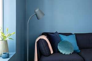 <b>BLÅTT:</b> Jennys favorittfarge er Midnattblå (NCS: S5020-R90B). En avdempet mellomblå nyanse som lett kan kombineres med grå, beige og evt andre blåtoner. (Foto: Butinox Interiør)