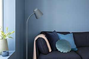 Veggene er malt med Butinox Interiør Stue & Sov, Matt for vegg og lister i farge 5833 Midnatt.