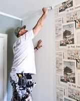 <b>PENSEL I TAKET:</b> Lim påføres med rulle på veggen. Ved tak- og fotlister og inne i hjørner bør tapetlimet påføres med pensel. – Vær nøye slik at hele overflaten får nok lim, sier Tom Rune Bergestuen.