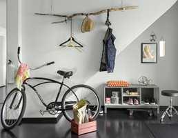 <b>TÅLER EN TRØKK: </b>I gangen skubber du lett borti veggene med matkasser, bager og andre ting som oppbevares der. Her bør du velge en robust maling til veggene. (Foto: Beckers)