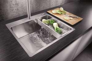 <b>FUNKSJON:</b> I dag finnes mange smarte funksjoner som gjør at du kan tilpasse vasken enda mer etter dine behov. Lager du mye mat, finnes løsninger for skylling og skjæring som gjør jobben enklere.
