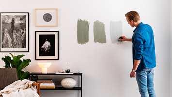 <b>TEST:</b> Det er viktig å teste fargen på veggen. Kjøp noen prøvebokser eller små miniruller med maling. Nordsjö Colour Tester er en enkel måte å teste nye farger på.
