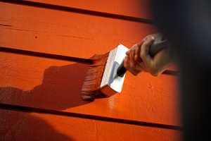 <b>BESKYTTELSE:</b> Med jevnlig vedlikehold og god beskyttelse, kan huset stå pent og trygt i mange år. Her males huset i fargen 607 Gammelrød fra Butinox Furura.