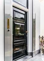 <b>VELKOMMEN INN:</b> Den sorte høyglansede døren setter standarden og ønsker velkommen inn til det unike hjemmet. Både døren og omrammingen er malt med Traditional Paint high-gloss. Døren i fargen Black omrammingen i fargen White Rhino.