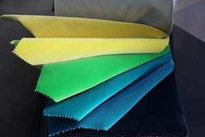 <b>VELUR:</b> Tekstilet som topper trendstatistikken for tiden er velur. Det finnes i mange rene, klare farger. En stor sofa, med myke puter trukket i velurstoff vil også bidra til å dempe romklang. Tekstilene er fra Green Apple. (Foto: Mari Rosenberg/ifi.no)
