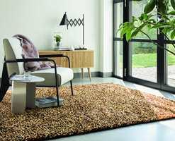 <b>TOVET:</b> En skikkelig shaggy opplevelse for fot og gulv her med kraftige «tråder» laget av tovet naturfarget garn. Tapethuset fører teppet Rocks fra Brink & Campman.