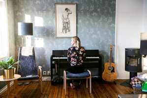 <b>I KLAVERET:</b> – Med tapet på veggene er det lettere å bli inspirert til å skrive musikk, sier artist Venke Knutson.
