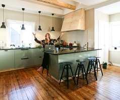 <b>LYKKEROMMET:</b> Kjøkkenet i firemannsboligen er nytt. Det er blitt slik Venke håpet. – Her blir jeg lykkelig av å være, sier den blide sørlendingen.