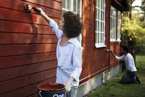 <b>VENT LITT:</b> Det kan være lurt å vente litt med å male huset. (Foto: Nordsjö)