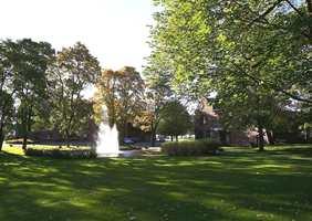 Veritasparken på Høvik har både gamle og nye bygninger.