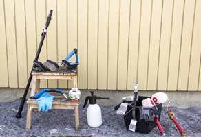 <b>FORBEREDELSE: </b>Se til å ha nødvendig verktøy i hus, den dagen ånden faller på og du får tid til å male eller vaske fasaden. (Foto: Chera Westman/ifi.no)