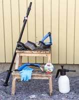 <b>VASKEVERKTØY: </b> Pollen, skitt og begroing bør fjernes fra malte flater. Vaskekost med forlengerskaft gjør jobben enkel. Skurepad tar vekk gjenstridig smuss. Før maling skrapes død ved og løs maling vekk. (Foto: Chera Westman/ifi.no)