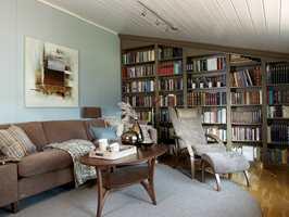 Et rolig, stilfullt bibliotek. Opplevelsen av takhøyden økte betraktelig da taket ble malt.