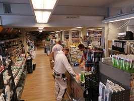<b>FULLE HUS:</b> Hos Proff Oppussing i Oslo strømmer kundene til. De kjenner mannen bak kassen. – Vi tror de butikkene som skaper et personlig forhold til kundene sine vil overleve, sier brødreparet.