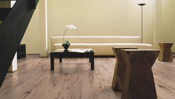 SAGA Nordic Timber er laget av røkt, hvitbehandlet og børstet eik med tydlige furer.