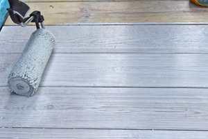 <b>STRYK UT</b>: Brukes en rull til påføring, må rullemønsteret strykes ut. Det fjerner også all overskytende beis når treverket har sluttet å trekke. En låsbar rull kan brukes både til påføring og til å stryke ut med.