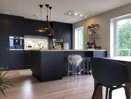 <b>BLÅLILLA:</b> Den sorte kjøkkeninnredningen er myket opp med messing, eik og marmor. Snart blir det endringer i paletten med en vegg i fargen «Nautøya». (Foto: Laila Lillehovde)