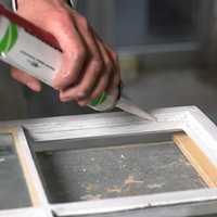 Akrylkitt er en moderne kitt, som krever at du bruker en helt annen påføringsteknikk enn med linoljekitt. Hovedforskjellen er at akryl ikke kan formes med fingrene.