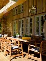 Vindusmaling kan blandes i nært sagt hvilken farge du ønsker. Vakkert utformede og plasserte vinduer og dører er smykker på en fasade, og kan med fordel fremheves ved hjelp av tydelige fargekontraster. Foto: Per Erik Jæger/ifi.no