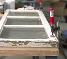 Bruk en eller flere skrutvinger, og et støtt og godt arbeidsbord når du arbeider med vinduer