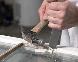 Hammer og et spesielt stemjern for vinduskitt er også en effektiv metode for å ta bort gammel, inntørket kitt.