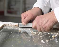 Arbeid grundig i vindusfalsen. Sørg for at så mye som mulig av maling og kitt er fjernet fra veden.