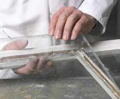 Lirk de gamle glassene varsomt ut, og rens dem forsiktig.